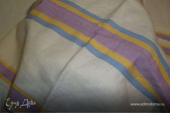 Накрываем полотенцем и даем постоять, пока тесто не поднимется и увеличиться в 3 раза.