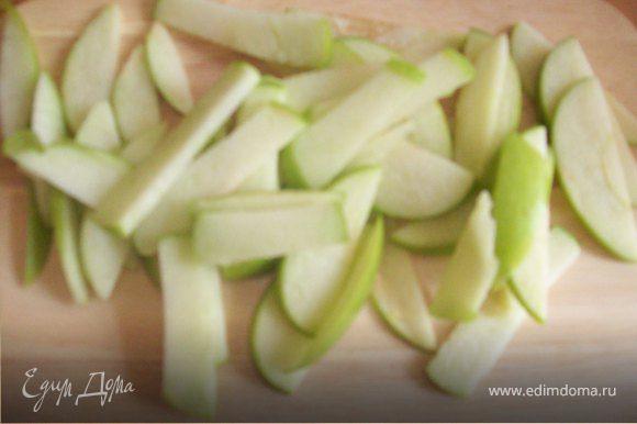 Нарежьте яблоко. Я резала дольками, хотя лучше, на мой взгляд, нарезать тонкой соломкой. Добавьте яблоко к овсянке и перемешайте.