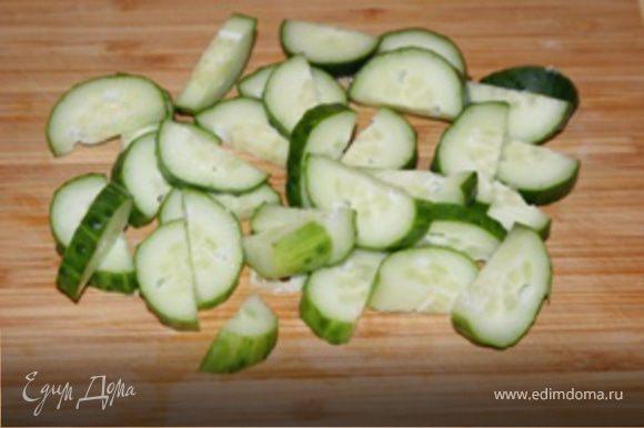 Порезать огурцы полукольцами, не очень тонко и добавить к картофелю.