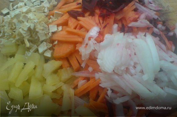 морковь,пастернак,лук/1гол/,болгарский перец нашинковать и добавить нашинкованую свёклу,предварительно взбызнутую лимонным соком