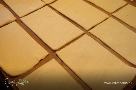 Пласт слоённого теста раскатать в прямоугольник 60х30см и разрезать на 18 прямоугольников 10х6см.