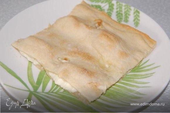 Дать остыть, нарезать ломтиками и подавать к закускам, салатам и супам, мясным блюдам, может использоваться как хлеб для сэндвичей. Дополнительно можна посыпать базиликом, тимьяном или кервелем. Или с лимонно-оливковой заправкой. Приятного аппетита.