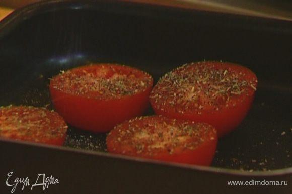 Помидоры разрезать пополам, выложить в противень срезами вверх, посолить, поперчить, посыпать прованскими травами, сбрызнуть 1 ст. ложкой оливкового масла и отправить под гриль на 2–3 минуты.