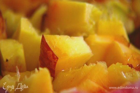 Персики, удалив косточки, нарезать крупными кусочками.