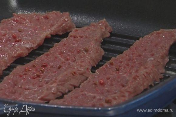 Разогреть сковороду-гриль и обжаривать мясо на каждой стороне по нескольку минут.
