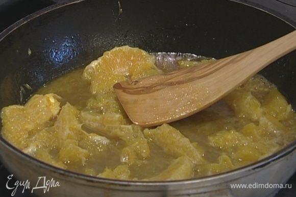 Приготовить соус: растопить в сковороде сливочное масло, добавить сахар, нарезанные апельсины, красное вино и тушить на медленном огне, пока соус не загустеет.