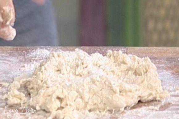 Когда дрожжи растворятся, всыпать просеянную муку, сахар, соль и замесить тесто.