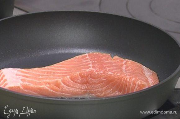 Разогреть в сковороде оливковое масло, уложить филе кожей вниз. Жарить 2–3 минуты, перевернуть, посолить и жарить еще 1 минуту на другой стороне, затем поставить на 7 минут в духовку под гриль (или на самый верхний уровень).