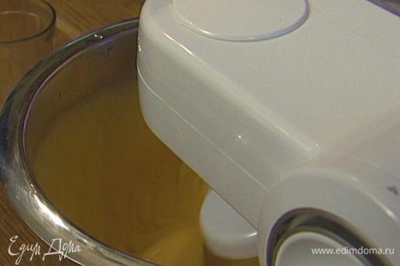 Желтки взбить с оставшейся сахарной пудрой, добавить молоко.