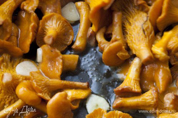 Половину сливочного и половину оливкового масла разогреть в тяжелой сковороде с высокими бортами, выложить грибы и прогревать на сильном огне 3–4 минуты.