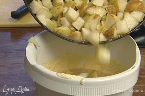 Когда тесто станет однородным, добавить груши, цедру и перемешать.