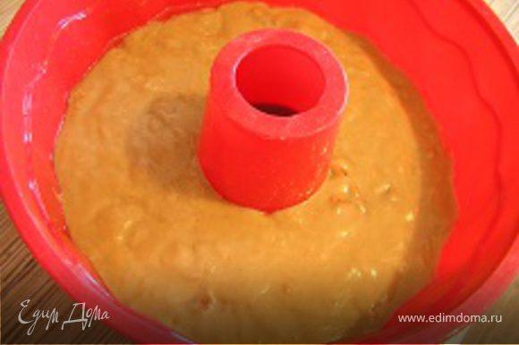 Постепенно добавить смесь из сухих ингредиентов и замесить тесто.