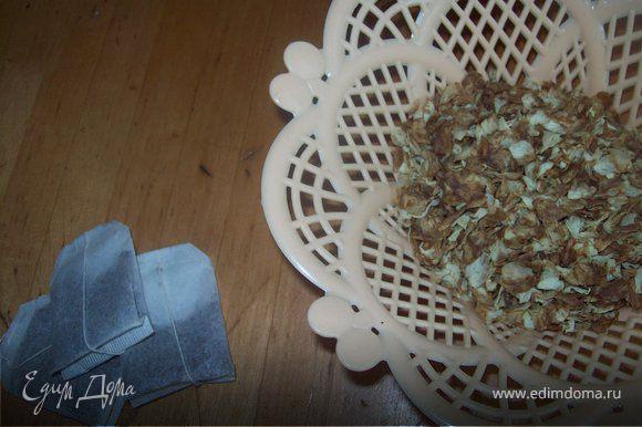 Делаем жасминовый чай. вариант №1 заливаем 4 ст. л. сухих жасминовых лепесткой 1,2л. кипятка и настаиваем 15 минут. Процеживаем. добавляем 4 ст. л. сахара. вариант №2 3 пакетика жасминового чая кидаем в кипящюю воду и кипятим 3 минут. Затем пакетики вытаскиваем и добавляем 4 ст. л. сахара. затем чай охлаждаем.