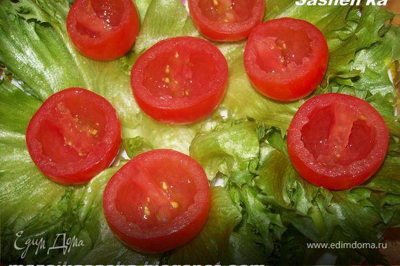 помидорки черри, помойте, срежте с них верхушку и аккуратно удалите семена. ВЫлодите помидорки на тарелку покрытую салатными листьями.