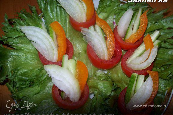 выложите саломку в помидорчики и добавьтте по несколько капель оливкового масла, посолите