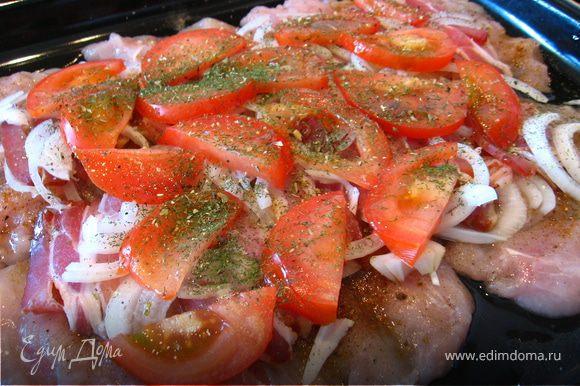 Оставшийся лук выкладываем, далее нарезанный тонкими половинками помидор. Посыпаем зеленью.