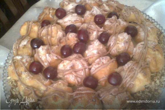 после того.как украсили профитролем торт,посыпала сахарной пудрой и украсила вишнями (я, шприцем для крема сделала несколько кругов, кремом.добавив немного кокао,но кто хочет может украсить на свой вкус).бока закрыть измельчёнными орехами,
