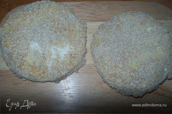 запанируйте сыр следующим образом: сначала в муке, потом в яйце (яйца не жалейте и купайте сыр щедро) заме в панировачных сухарях. Панировка должна быть толстой