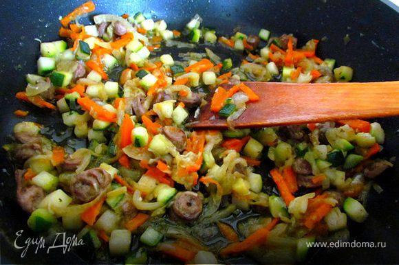 Добавим куриные сердечки к луку и моркови и потушим под крышкой минут 7, потом добавим кабачок, порезанный кубиком и еще минуты 3 потушим. Добавим соль по вкусу.