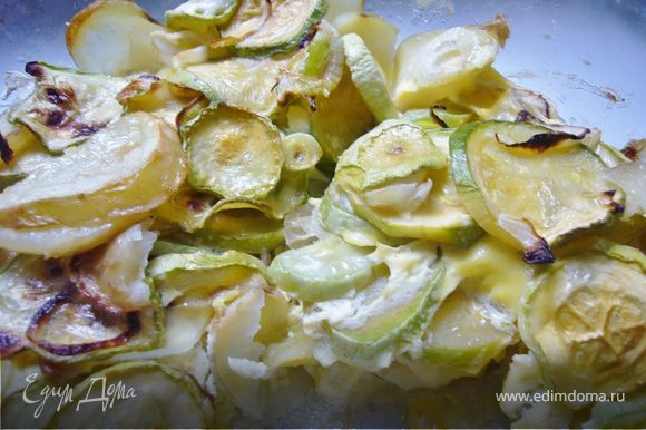 Овощи нарезать кружочками,и выложить слоями в стеклянную форму смазанную маслом.Залить овощи взбитыми яйцами со сливками+соль+перец.Запекать около 20 мин./180 г.