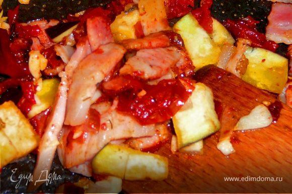 Бекон обжарить на сухой сковороде без добавления каких либо жиров.Затем добавить лук,чеснок,баклажан,помидоры.Готовить 3 минуты,переодически помешивая.