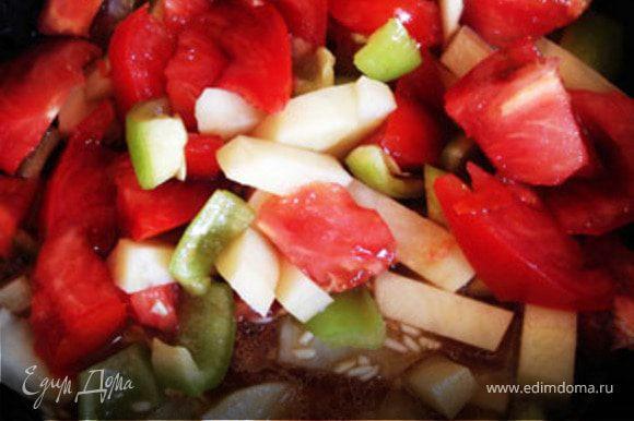 К рису добавить перец, картофель, помидор,лук соевый соус и 100 мл воды, тушить 20 минут.