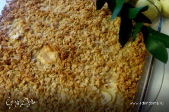 Готовую запеканку достать из формы, дать остыть и подавать, полив соусом.