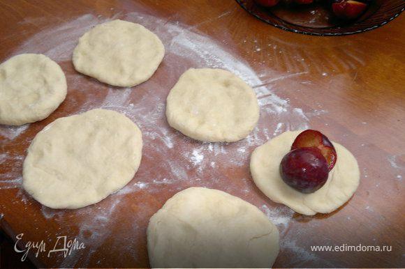 Разделить тесто на 4 порции и сформировать небольшие плоские лепешки. На них выложить сливовый джем или сливы, или и то и другое. Руками защепить тесто, сформировать кнедлики.