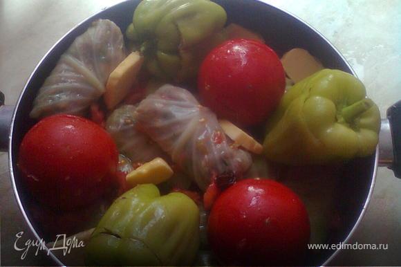 также заполняем и помидоры со сладким перцем и укладываем в кострюлю,сначало капусту,затем остальные