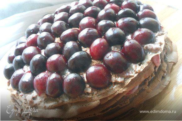 Последний слой - шоколадный крем. Убрать в холодильник пирог хотя бы на 1 час, затем украсить половинками черешни и мятой и подавать!