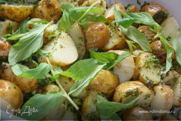Готовый картофель оставить целиком или нарезать на две части, залить получившимся соусом, дать пропитаться мнут 5, присыпать листиками мяты и немедленно подавать.