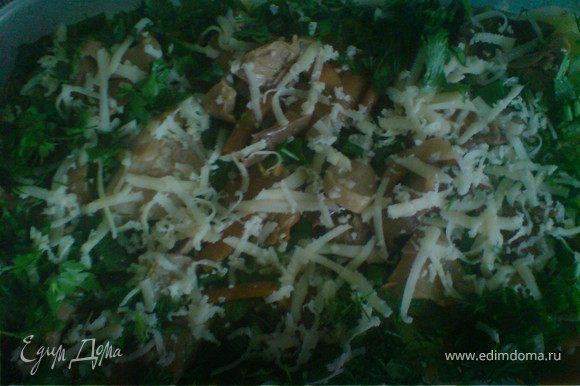 на кабачки слой грибов,зелень и тёртый сыр,посыпанный майораном.охладить.