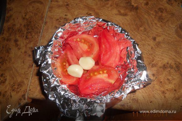 помидор очищаем от кожуры режем на 4 части, из фольги делаем чашеку, туда кладем помидор и честнок, и запекаем в духовке при 200 гр, в течении 20 мин,