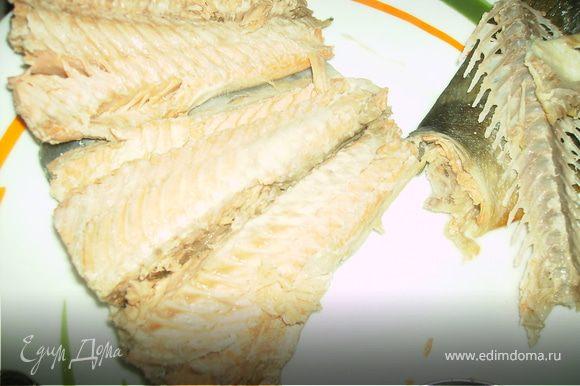 Рыбу с помощью шумовки выньте из бульона, охладите и выберите косточки.