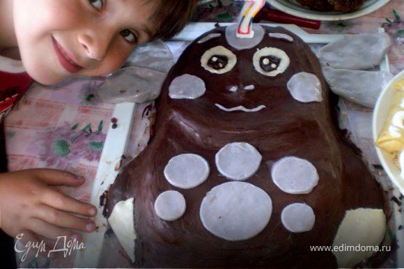 Ну и фото счастливого именинника с тортом... И во лбу свеча горит... почти как в сказке у Пушкина))