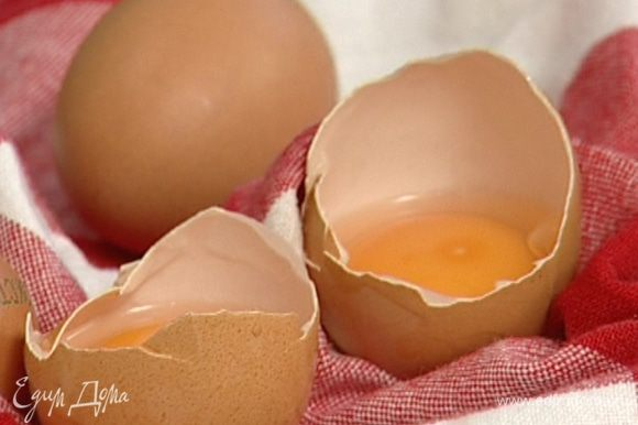 Белки отделить от желтков таким образом, чтобы желтки остались в скорлупках.