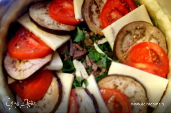 2-слой укладываем попеременно сыр- помидоры-баклажан и так пока не закроем мясо полностью