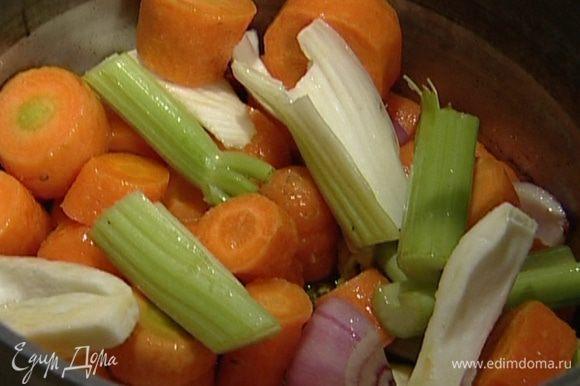 Морковь, лук, фенхель и сельдерей крупно нарезать и отправить в кастрюлю к чесноку и чили. Потомить все вместе 2–3 минуты.