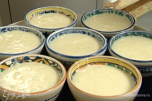 Выложить мусс в небольшие креманки и поставить на 4 часа в холодильник. Остывший мусс присыпать какао.