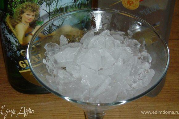Смешиваем ингредиенты и заливаем в бокал со льдом на высокой ножке или «мартинницу». Можно украсить ломтиком грейпфрута или коктейльной вишенкой.