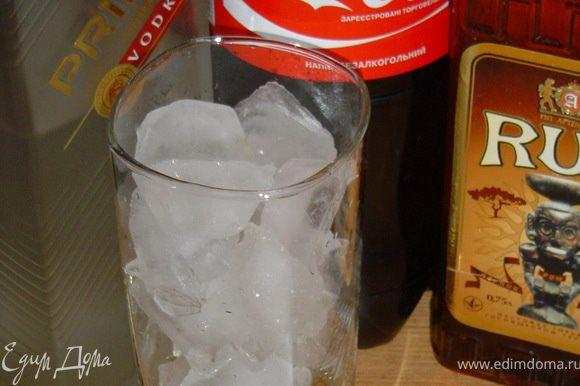 В бокал со льдом вливаем алкогольные ингредиенты коктейля и заливаем кока-колой, и ..веселимся..!!!