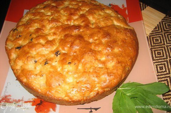 Выложить тесто на смазанную растительным маслом форму для выпечки (я пеку в силиконовой, поэтому не смазываю) и накрыть бумагой для выпечки. Отправить пирог в духовку на полчаса, затем снять бумагу и выпекать еще полчаса.