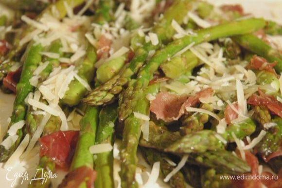 Запекать в разогретой духовке 15–20 минут. Посыпать горячую спаржу сыром и измельченным руками базиликом. Подавать теплой.