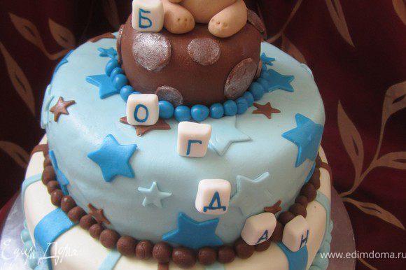 Из белой мастики сделать кубики и написать на них буквы. Усадить на верхний ярус мишку. (МК по его приготовлению можно посмотретьhttp://www.edimdoma.ru/recipes/25993).