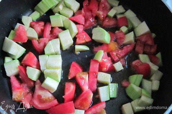 Помидоры порезать и добавить к кабачку. Тушить 5-7 минут. Посолить, поперчить, посыпать сухими травами