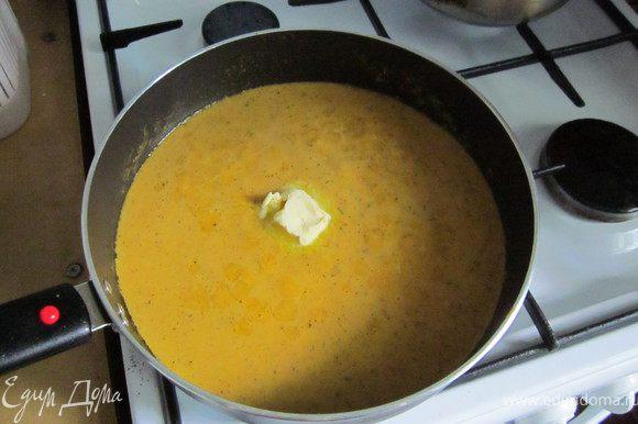 Овощи поместить в блендер, добавить бульон и взбить. Вылить обратно в сковороду, добавить 20г. сливочного масла и прокипятить. Попробовать соус и если нужно подсолить.