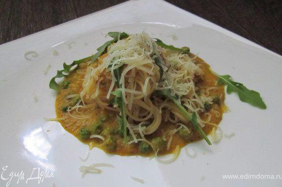 Пасту отварить, выложить на тарелку, полить соусом. С верху украсить зеленью и тертым пармезаном. Приятного аппетита!