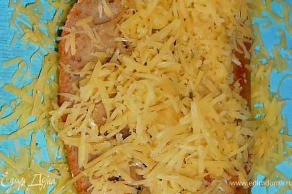 Приготовим сырные гренки.Для гренок сыр натереть на мелкую терку.Поставить сковороду на медленный огонь накаливаться,затем налить олтвкового масла и пару листиков шалфея,(нет свежего,добавьте щепотку сухого),прогреть в течении нескольких секунд и выложить в это масло кусочки хлеба,обжарить с двух строн,до появления золотистой корочки,затем еще горячий хлеб обвалять в тертом сыре с двух сторон,руками придавив сыр в хлебу чтоб сыр прилип.Отправим обратно на сковороду,чтобы сыр расплавился,перевернем и обжарим с другой строны.