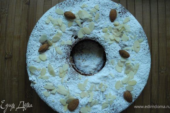 После выпечки аккуратно вынуть из формы и посыпать сахарной пудрой.