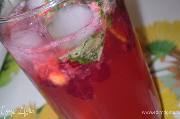 Вишню, мяту, лимон и сахар раздавите ложкой. Положите в бокал лед. При желании добавьте алкоголь, долейте минералкой. Перемешайте соломинкой для коктейлей и освежайтесь на здоровье)))